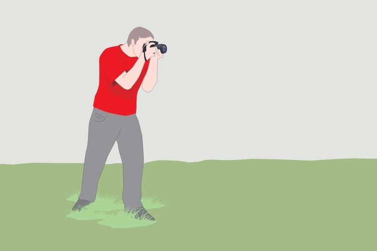 Stój prosto   Stabilna postawa stojąca to warunek ostrego zdjęcia. Stań na wygodnie rozchylonych nogach w taki sposób, aby stopy ustawione były względem siebie pod kątem ok. 90 stopni. Pochyl się lekko do przodu i przenieś ciężar ciała bardziej na wysuniętą nogę. To zapewni Ci stabilniejszą pozycję. Obejmij dłonią obiektyw u jego nasady i delikatnie pchnij aparat w kierunku twarzy. Aparat powinien mocno dotykać twojego nosa i czoła. Owinięcie paska aparatu wokół ręki i nadgarstka dodatkowo poprawi pewność chwytu i stabilność. Upewnij się, że pasek jest naprężony, tak aby opinał cały aparat.