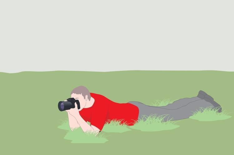 Pozycja leżąca Pozycja z brzuchem opartym na podłożu jest najstabilniejszym sposobem wykonywania zdjęć. Fotografując w ten sposób, postępuj zgodnie z tymi samymi zasadami, co wcześniej, w kwestii obejmowania dłonią obiektywu, przyciskania aparatu do twarzy i przesuwania opuszką palca wskazującego po przycisku spustu migawki. Dodatkowa stabilność uzyskiwana przez oparcie łokci o grunt pozwoli Ci korzystać ze stosunkowo długich czasów naświetlania.