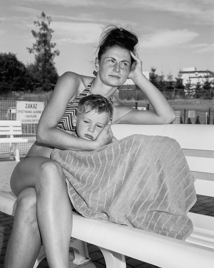 Katarzyna z synem Gracjanem na miejskiej pływalni. Września, 2015, fot. Adam Lach
