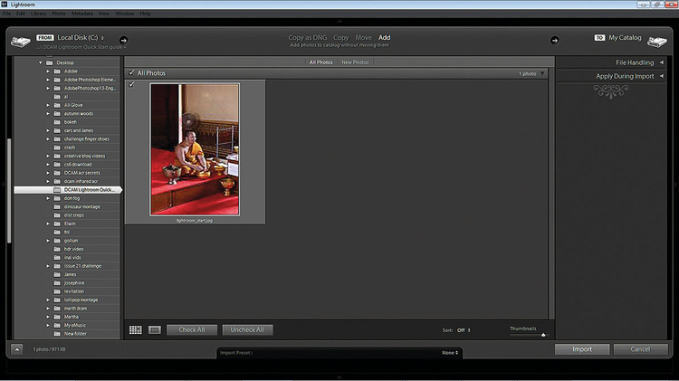 Importujemy obraz Otwórz Lightrooma, a następnie kliknij zakładkę Library, znajdującą się w prawej górnej części interfejsu. Kliknij widoczny w lewej dolnej części przycisk Import, po czym użyj rozwijanych folderów w panelu Source, aby odnaleźć plik adobe_lightroom_4_tutorial_edycja_zdjec.jpg. Wybierz zdjęcie, a następnie naciśnij przycisk Import.