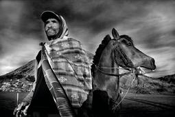 Jeździec z Tengeru - portret Larry'ego Louie
