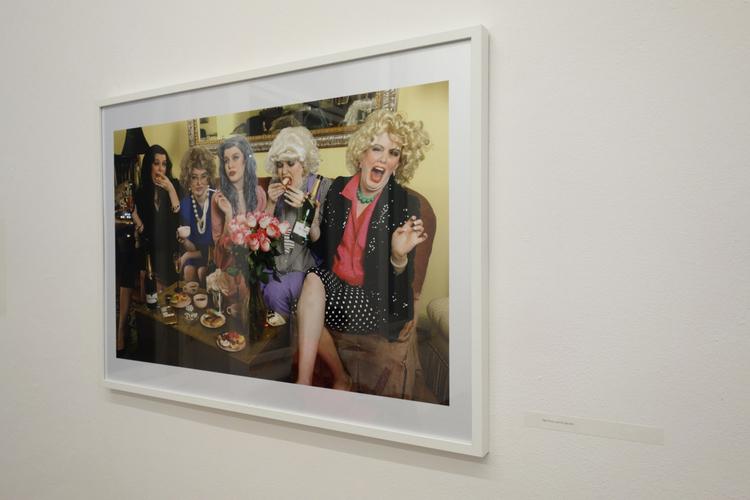 """""""Lush for Life"""", fot. Signe Pierce. Są to wielokrotne autoportrety artystki."""