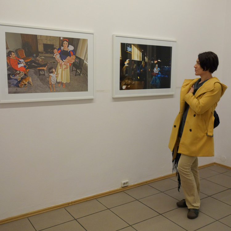 """Zdjęcia Diny Goldstein z cyklu """"Upadłe księżniczki"""", 2008. Po lewej """"Śnieżka"""", po prawej """"Kopciuszek"""""""