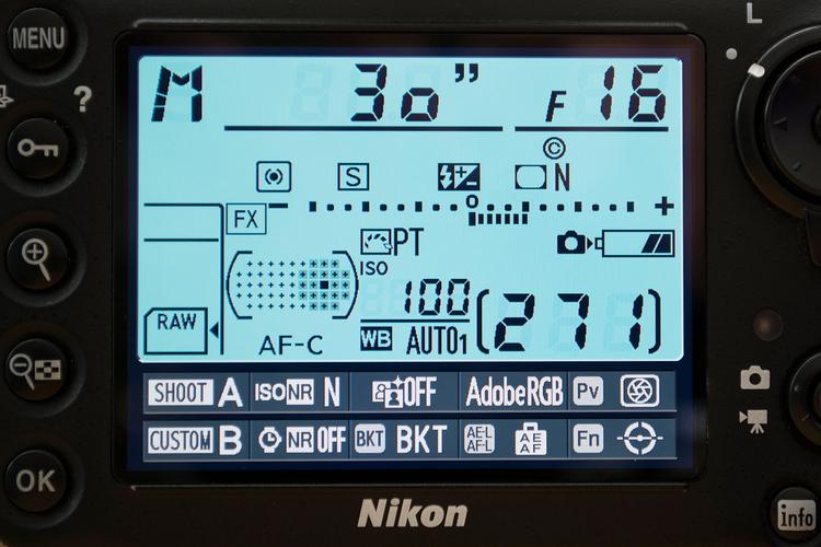 Przełącz cyfrową lustrzankę w tryb ekspozycji manualnej. Dobrym punktem wyjścia jest wybór następujących ustawień: przysłona f/16, czas otwarcia migawki 30 s i czułość ISO 100. Jeśli obraz jestz byt jasny lub za ciemny, spróbuj dostosować wielkość otworu przysłony tak, by uzyskać poprawnie naświetlone zdjęcie.
