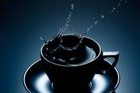 Zrób dynamiczne zdjęcia filiżanki z kawą
