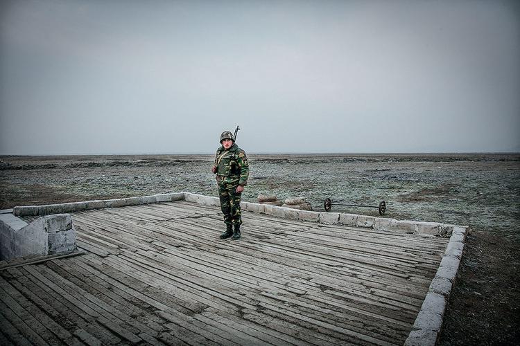 Żołnierz na warcie na linii frontu z Azerbejdżanem, niedaleko Agdam, 2006 r. Fot. Justyna Mielnikiewicz