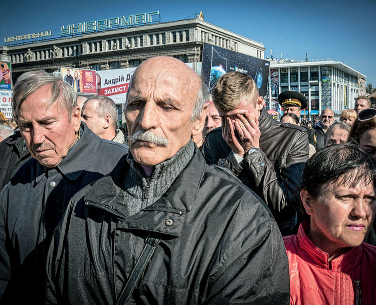 Mieszkańcy Dniepropietrowska oddają chołd poległym nieznanym żołnierzom. Ukraina, 2014 r. Fot. Justyna Mielnikiewicz