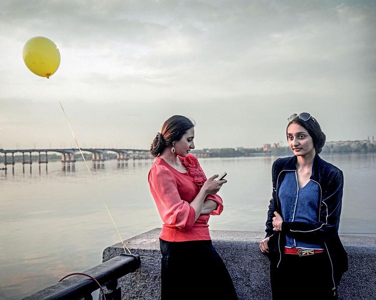 Dwie cygańskie siostry Rusłana (16) i Milana (19) na spacerze wzdłuż Dniepru. Dniepropietrowsk, 2014 r. Fot. Justyna Mielnikiewicz