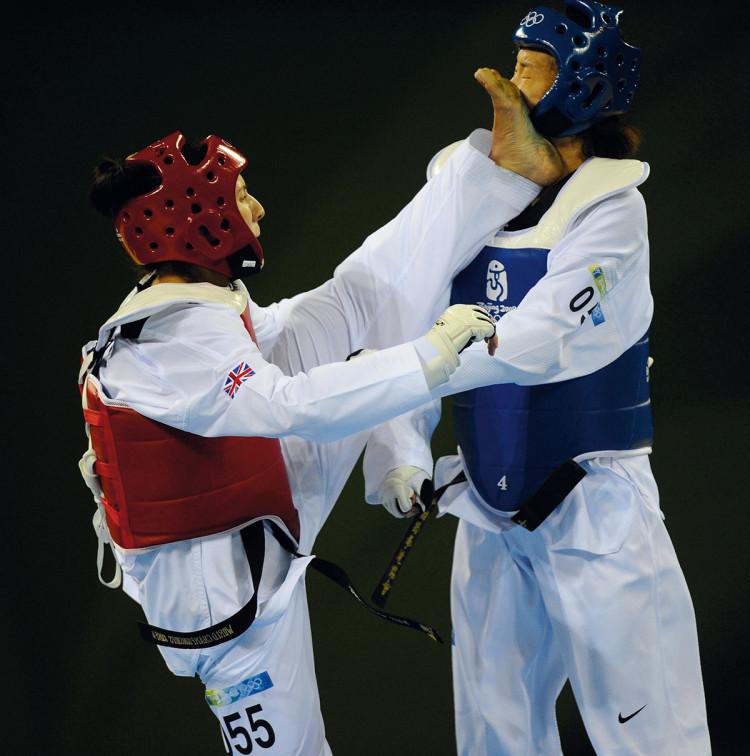 Sarah Stevenson walczy z Chen Zhong z Chin w ćwierćfinale zawodów taekwondo w Pekinie w 2008 r., fot. Dave Shopland