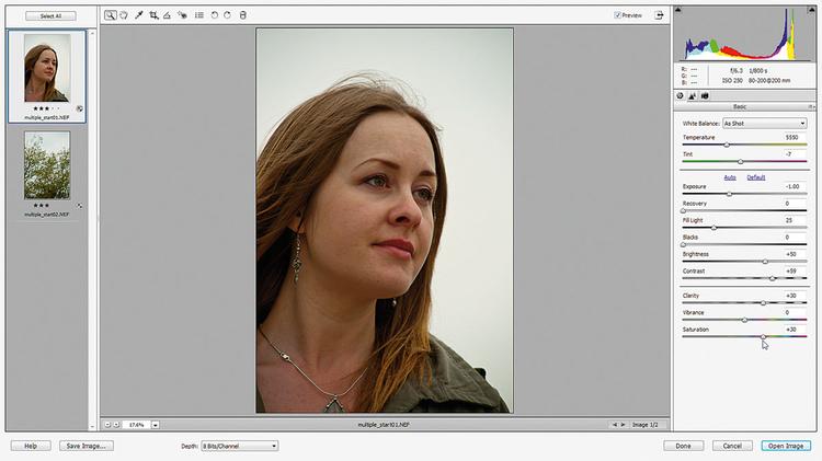 Mieszamy tony Klikamy na miniaturę portretu i mieszamy tony. Wypełnij światłem ustawiamy na 25, Czarne na 0, Kontrast na +60, Przejrzystość na +30 i Nasycenie na +30. Klikamy na zdjęcie drzewa, Wypełnij światłem 10, Kontrast +45 i Nasycenie +30.