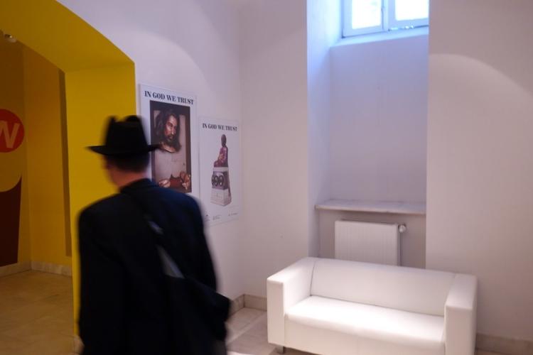 Odnowione wnętrza Galerii Zachęta. Czekając na otwarcie wystawy można było usiąść wygodnie i oglądać plakaty. Po rozpoczęciu wystawy na monitorach w holu wyświetlony został pokaz slajdów z przygotowań do wystawy.