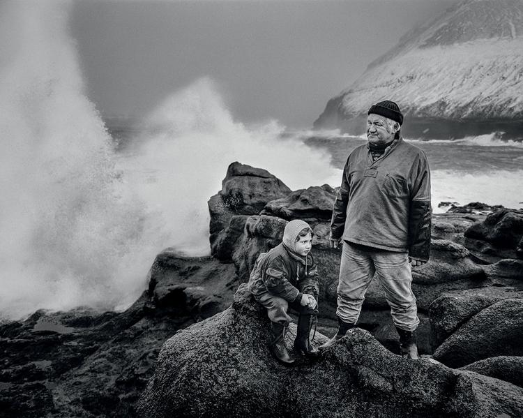 """Wyspy Owcze. Paul i jego wnuk na brzegu. Tego dnia silne fale nie pozwalały na żeglowanie. Fot. Ragnar """"Rax"""" Axelsson"""