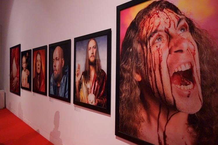 """Andres Serrano, Holy Works - wystawa zbiorowa """"In God We Trust"""" - Galeria Zachęta"""