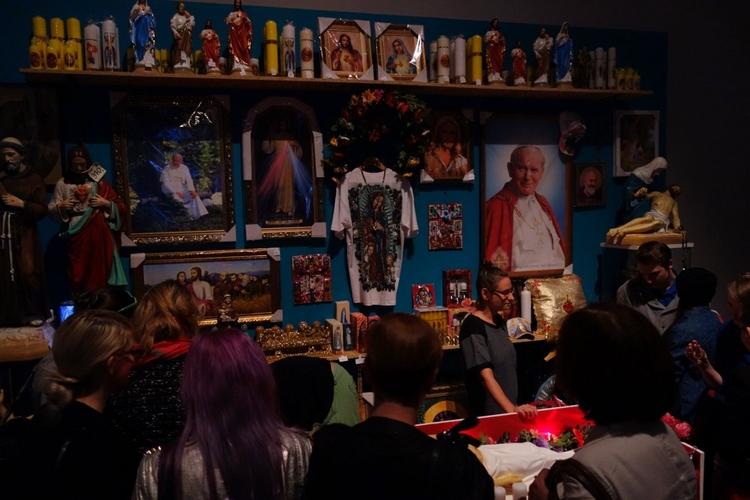 """Wystawa """"In God We Trust""""Podczas wystawy można kupić różne religijne upominki"""