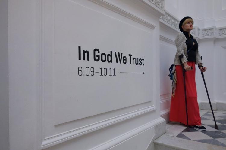"""Każdy, kto ceni sztukę przez duże """"S"""" musi przyjść na wystawę. Nie ma wymówek! Posłuchajcie o tym, jakie wrażenie zrobiła wystawa """"In God We Trust"""" na oglądających."""