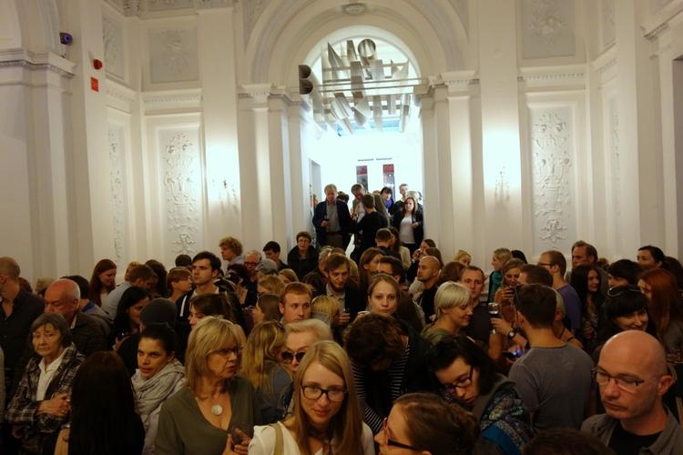 """Na wernisaż wystawy """"In God We Trust"""" przyszło mnóstwo ludzi Polecamy przychodzić w ciągu tygodnia, kiedy jest luźniej. Informacja dla tych, którzy lubią chodzić na wystawy za darmo: w Galerii Zachęta wstęp wolny jest w czwartki.(Uwaga!!! W czwartki mogą być tłumy)"""