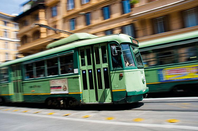 Fotografując przy 1/30 s i wykorzystując technikę panoramowania, można zrobić zdjęcie pełne energii, ukazujące pośpiech, czyli widok typowy na rzymskich ulicach