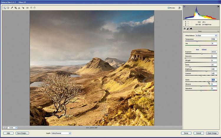 Podnosimy kontrast półtonów Przesuwając suwak Przejrzystość na +46, podbijamy kontrast półtonów. Pomaga to w podkreśleniu szczegółów chmur na szarym niebie. Zmiana kontrastu półtonów pozwoliła nam uwydatnić fakturę odległych skał oraz gałęzi drzewa znajdującego się na pierwszym planie.