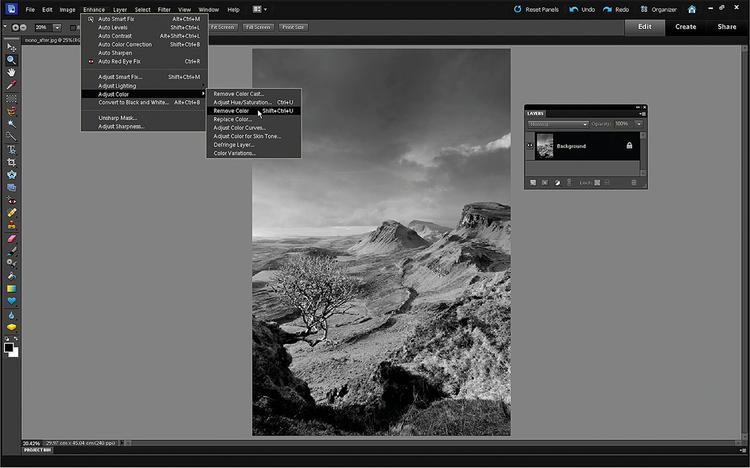 Desaturujemy zdjęcie Zdjęcia można pozbawić kolorów na wiele sposobów. Najszybszym jest Ulepsz>Dopasuj kolor>Usuń kolor. W edytorze RAW poprawiliśmy kontrast zdjęcia, więc ta wersja jest znacznie lepsza niż ta w kroku 3. Jednak to zdjęcie może wyglądać znacznie lepiej...