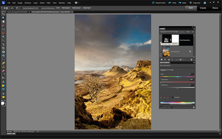 Usuwamy warstwę dopasowania Dopasowania oparte na kolorach za pomocą Warstwy dopasowania Barwa/Nasycenie sprawiły, że zdjęcie w skali szarości ma większy kontrast, jasne góry ładnie odcinają się na niebie, podobnie chmury i cienie na pierwszym planie. Wygląda to całkiem dobrze, ale kasujemy warstwę dopasowania.