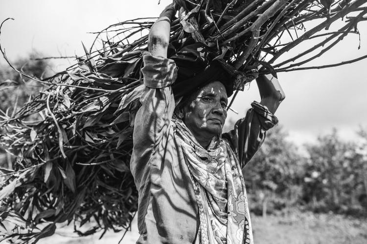Kobieta znosi drewno z okolicznych lasów.Jest to częsta przyczyna konfliktów z miejscowymi, ponieważ tysiące uchodźców karczują lasy zbierając materiał na opał i do budowy schronień. Obóz Kutupalong (Bangladesz), październik 2013, fot. Marcin Zaborowski