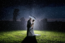 Błyskając w deszczu - ślubne zdjęcie Krzysztofa Krawczyka