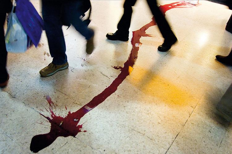 """Rozlane wino, Londyn, 2005, fot. Nils Jorgensen""""Wygląda to o wiele gorzej, niż w rzeczywistości; ktoś stłukł butelkę wina na dworcu kolejowym w Waterloo. Ja tylko sfotografowałem omijających plamę ludzi""""."""