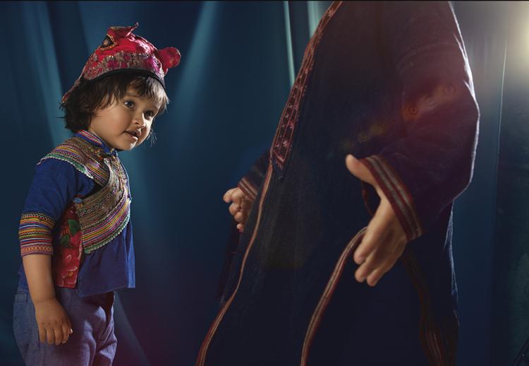 """""""Zdjęcie do lookbooka zaprzyjaźnionej stylistki, która zbiera ręcznie robione ubrania z całego świata i sprzedaje je w swoim butiku internationalwardrobe.com. Na tym zdjęciu piękne dziecięce ubranka pochodzą z Wietnamu, Laosu i południowych Chin""""; fot. Alexandra Klever"""