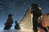 Miejskie życie odbite w kałuży - fotografuj z innej perspetywy