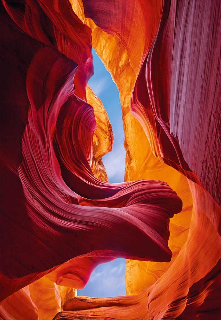 """Wieczne piękno""""Kanion Antylopy, Arizona. Południowe słońce szybko się przesuwało, w związku z czym wiedziałem, że muszę zrobić zaplanowane zdjęcie w ciągu najbliższych 15 minut. Skały stanowiły swoistą naturalną blednę fenomenalnie odbijającą czerwone światło, podkreślające ten niezwykły cud natury"""""""