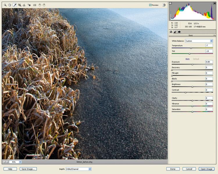 Poprawiamy balans bieliOtwieramy obraz WinterLandscape_Before.dng za pomocą Adobe Camera Raw (ACR). Zaczniemy od poprawienia koloru. Z palety narzędzi na górze interfejsu ACR wybieramy Balans bieli, klikamy na szary obszar przy brzegu. Kolory powinny się ochłodzić.