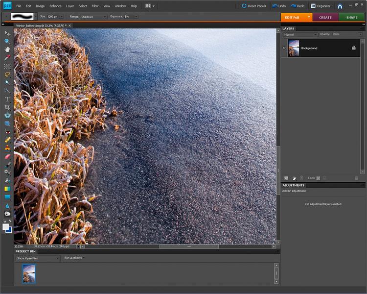 Wyciągamy szczegółyMusimy połączyć warstwę Dopasowania ze zdjęciem. Z głównego menu wybieramy Warstwa >Spłaszcz obraz, Wybieramy narzędzie Ściemnianie, Zasięg ustawiamy na Cienie, Ekspozycję redukujemy do 5% i malujemy po trzcinie, by wzmocnić kontrast i wyciągnąć detale.