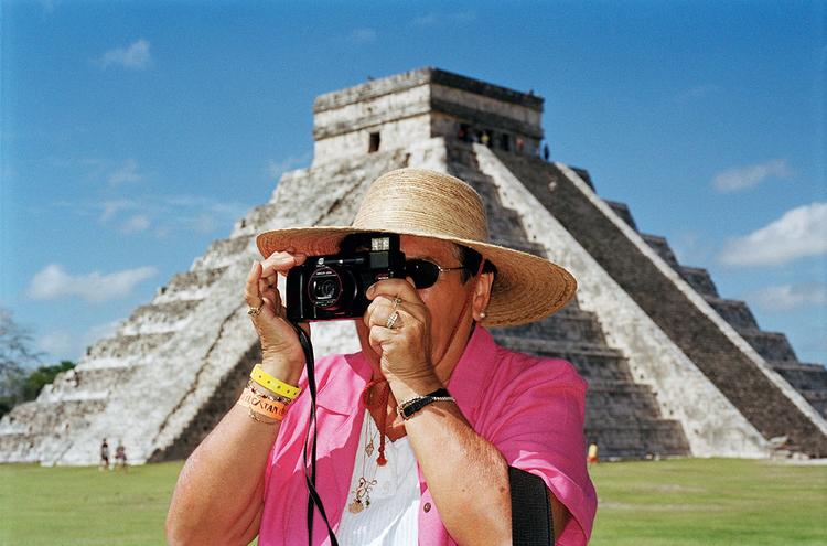 Chichen Itza, Meksyk, 2002Fotografowie-podróżnicy czasami długo czekają, aż turyści wyjdą z kadru, ale Martin czyni z nich temat swoich zdjęć, fot. Magnum / Martin Parr