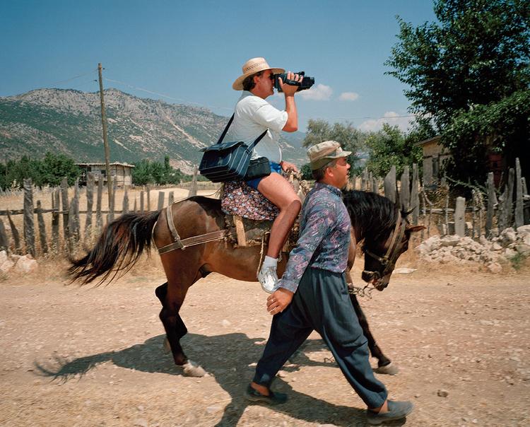 Kalkan, Turcja, z cyklu Small World, 1994Martin pisze często o wszechobecności fotografii i wiąże to z dynamicznym rozwojem turystyki w okresie powojennym oraz pojawieniem się aparatów cyfrowych, fot. Magnum / Martin Parr