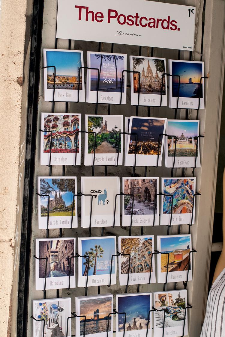 Poszukuj inspiracji Przed podróżą warto zajrzeć do Internetu w poszukiwaniu inspiracji i pomysłów na zdjęcia. Zawsze lubię też patrzeć na sprzedawane na miejscu pocztówki. Jednak nic nie może się równać z samodzielnym odkrywaniem miasta, zejdź zatem z utartego szlaku i poszukaj czegoś innego niż klasyczne pocztówkowe widoki czy ujęcia, które już widziałeś na zdjęciach innych fotografów. Znajdź coś, co odda Twoje wrażenia z wizyty w tym mieście. Niezależnie od tego, czy chodzi o jedzenie i kolory, czy architekturę i charakterystycznych ludzi, spróbuj uchwycić esencję własnego doświadczenia.