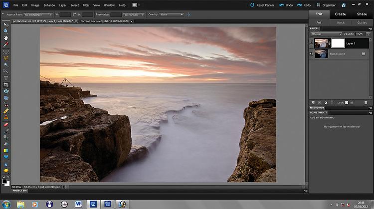Zdjęcia na warstwachOba zdjęcia otwieramy w Photoshopie. Wybieramy jaśniejsze zdjęcie, klikamy (Ctrl+A) i kopiujemy (Ctrl+C), wklejamy (Ctrl+V) nad warstwę z ciemną wersją. Upewniamy się, że aktywna jest górna warstwa i klikamy na ikonę Dodaj Maskę warstwy.