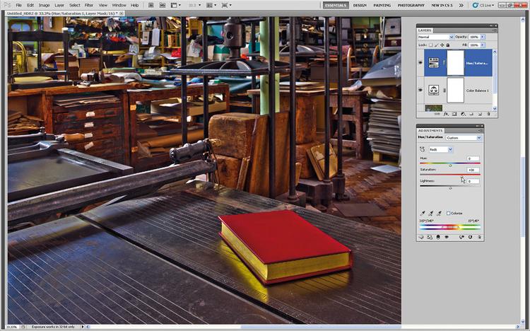 Podkręcamy czerwienieBy czerwona książka na pierwszym planie była bardziej widoczna, idziemy do Warstwa>Nowa Warstwa Dopasowania>Barwa/Nasycenie. W rozwijanym menu wybieramy Czerwone i przesuwamy Nasycenie na +38. Pozwoli to uniknąć przesycenia innych kolorów, podbijając jednocześnie czerwień książki.