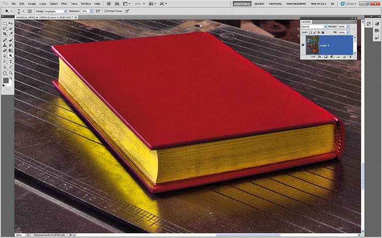 Poprawiamy światłaZłote strony i fluorescencyjne światło wydają się trochę nudne. Klikamy na warstwę Tła i z palety narzędzi wybieramy narzędzie Ściemnianie. Wybieramy pędzel o miękkich krawędziach, z menu opcji Zasięg ustawiamy Światła, Ekspozycję na 10%. Malujemy po żółtych stronach książki oraz po lampie.