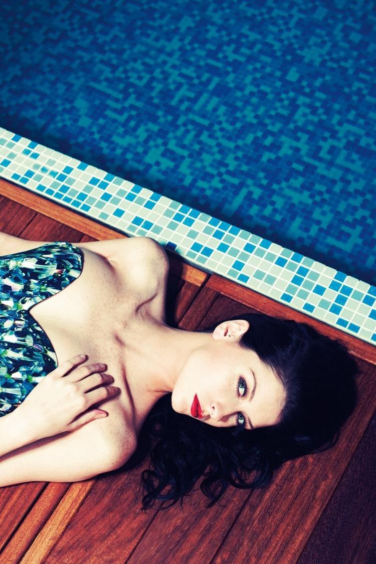 Pomysł na sesję modową - zdjęcia nad basenem