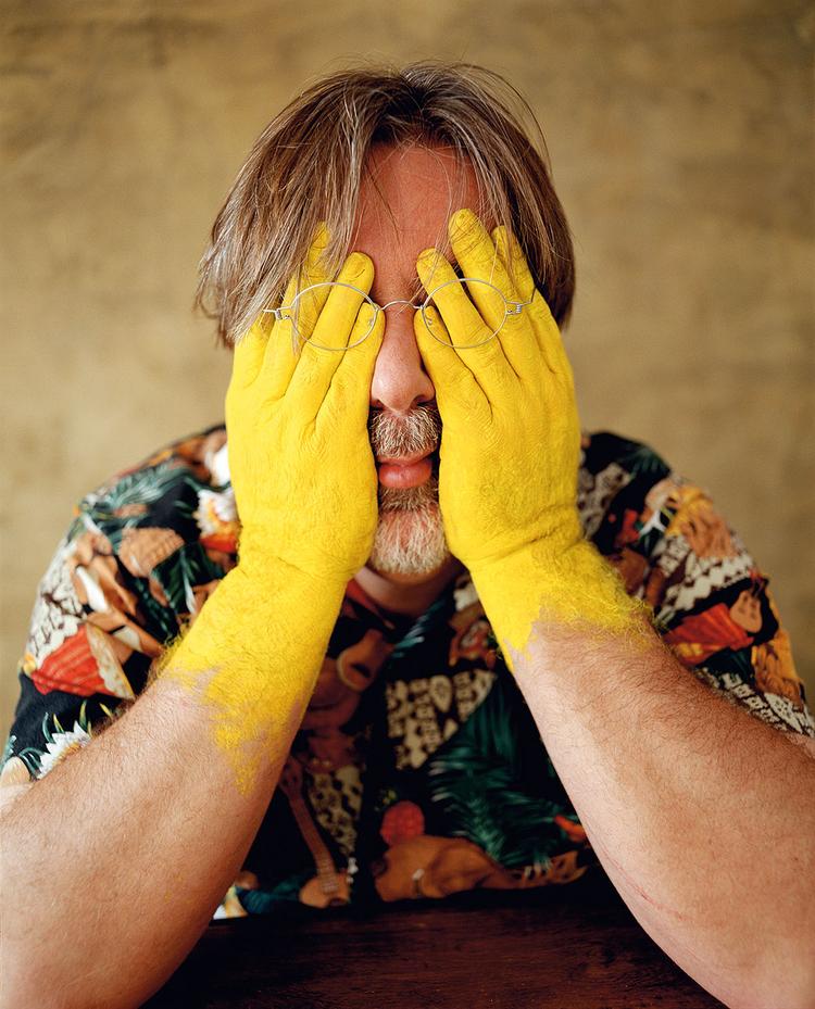 """Matt Groening, 2004 r., fot. Lorenzo Agius""""Matt, który wymyślił serial Simpsonowie, nie lubi być fotografowany, więc wpadłem na pomysł, aby pomalować jego ręce na żółty kolor charakterystyczny dla postaci z Simpsonów i zasłonić nimi jego oczy. Uwielbia tę fotografię!"""""""