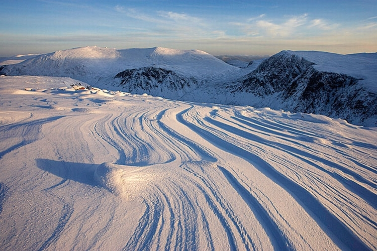 Kompozycja Wzorzysta pokrywa śnieżna to temat sam w sobie, ale by wyglądała oryginalnie, trzeba ją odpowiednio ująć w kadrze. Fotografując śnieg, mamy dosyć ograniczoną gamę kolorów, dlatego tak ważna jest kompozycja. Pamiętajcie o prostocie. Jeżeli niebo jest zachmurzone, a światło nieciekawe, przekonwertucje zdjęcie na czarno-białe, fot. Mark Hamblin