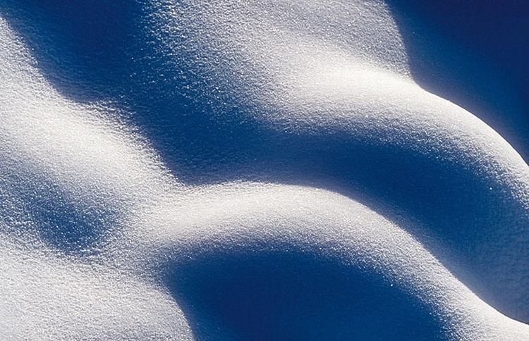 Praca ze światłem Mocne, niskie światło pięknie podkreśla formę i fakturę, a padające z boku rzuca ładne, długie cienie. Światło przebijające się przez chmury pięknie pracuje w ujęciach mocno graficznych, które skupiają się na samej fakturze śniegu, fot. Mark Hamblin