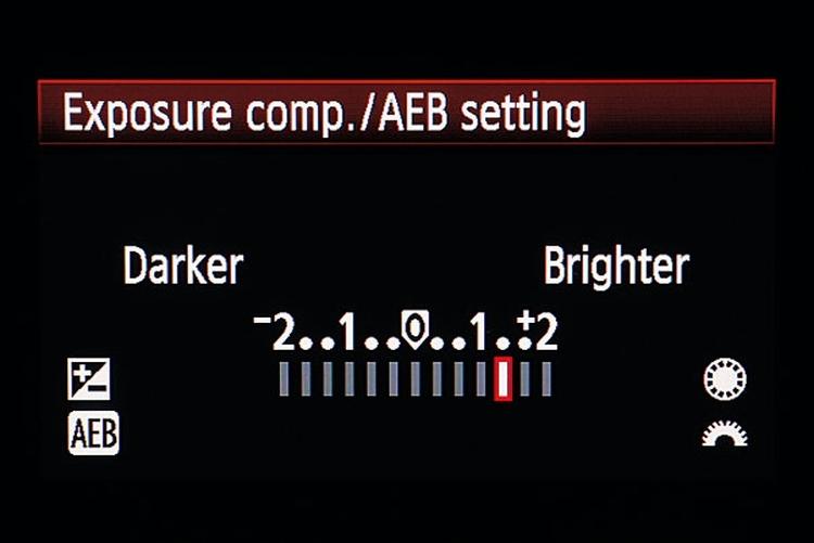 Poprawna ekspozycja Pamiętajcie, że jasny śnieg najprawdopodobniej zmyli system pomiaru światła. By tego uniknąć, ustawcie dodatnią kompensację ekspozycji ok. +1, +2 stopnie. Wykonane zdjęcie sprawdźcie na ekranie, zobaczcie, czy nie pokazuje żadnych prześwietlonych obszarów.
