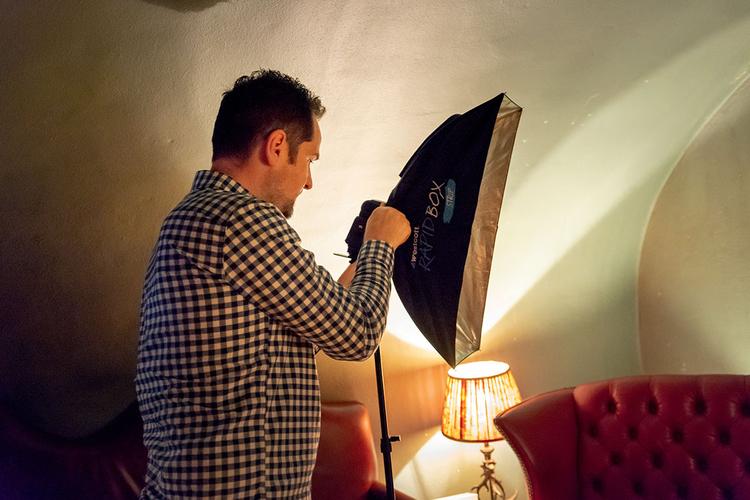 Lampa błyskowa zdjęta z aparatu Jeśli przymocujesz flesz do statywu oświetleniowego, możesz go przesuwać i oświetlać nim obiekt z różnych stron. Będziesz także potrzebował jakiegoś modyfikatora światła, aby ograniczyć kąt rozchodzenia się światła i zapobiec jego niekontrolowanemu rozlewaniu się po scenie.