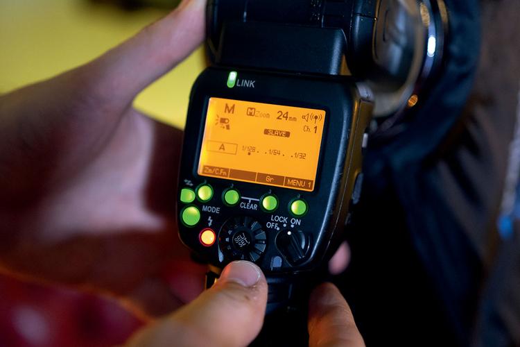 Kontrola błysku Do fotografowania z fleszem zdjętym z aparatu potrzebny Ci będzie jakiś bezprzewodowy wyzwalacz błysku. My użyliśmy lampy Yongnuo 600 EX RT z bezprzewodowym wyzwalaczem YN-E3-RT. Nie zawracaj sobie głowy trybem pracy TTL: w takich sytuacjach łatwiej jest ustawić siłę błysku ręcznie, opierając się na metodzie prób i błędów. Dan, fotograf, chciał, aby jego obiektyw 85 mm f/1,2 miał jak najszerzej otwartą przysłonę, aby uzyskać rozmyte tło, co oznaczało, że moc błysku trzeba było znacznie zmniejszyć.