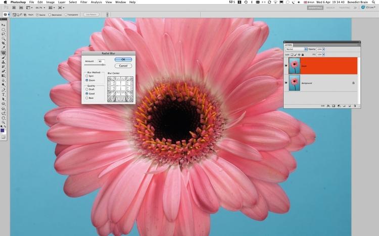 Dodajcie rozmycie promienisteOtwórzcie zdjęcie w Photoshopie i wybierzcie Filtr>Rozmycie>Rozmycie promieniste, sprawdźcie opcje i w okienko wpiszcie 90%. Korzystając z podglądu, ustawcie centralny punkt filtra w środku kwiatka.