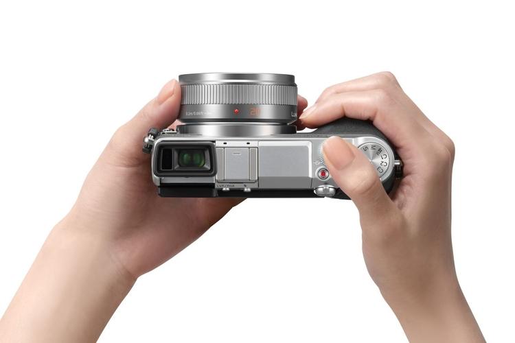 Nowatorski odchylany wizjer ułatwi fotografowanie oraz filmowanie z nietypowej perspektywy. Warto zaznaczyć, że jest to element którego brakuje jego stylowym rywalom, czyli Olympusowi E-P5 i Fujifilm X-E1